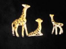 VINTAGE MINIATURE GLAZED HANDPAINTED GIRAFFE FAMILY MUM DAD & ADORABLE  BABY